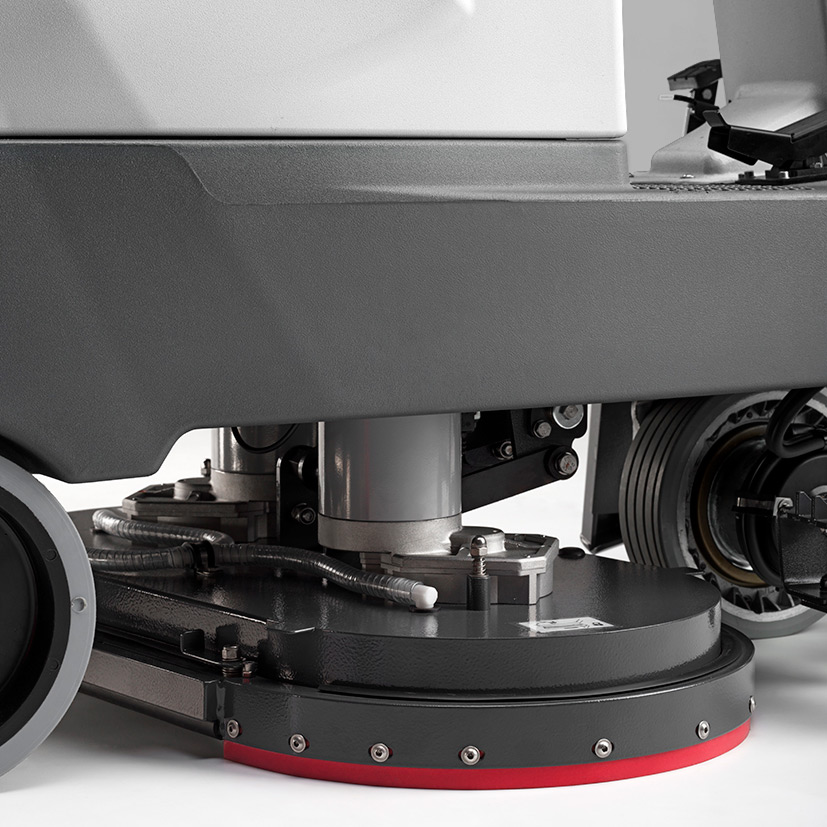 M750 FITTED WITH FLOATING SPLASH GUARD TO CONTAIN CLEANING SOLUTION FOR A PRECISE CLEAN